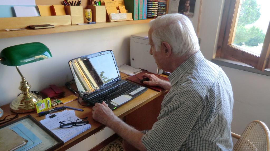Rino Salvestrini durante la stesura di un suo libro