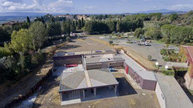 Vista dall'alto del sito in cui è collocata la centrale. Si noti l'impercettibilità visiva dalla strada provinciale.