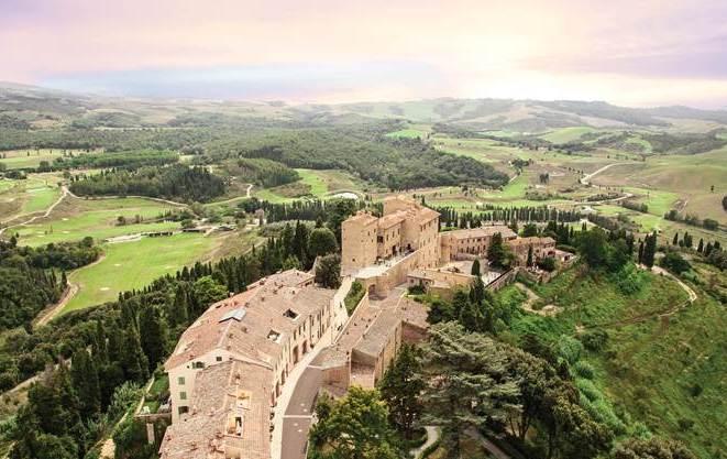 Il borgo medievale e la campagna della Tenuta. Si scorgono i campi da golf