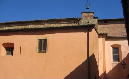 La cupola è, senza pinnacolo, coperta da questa muratura.