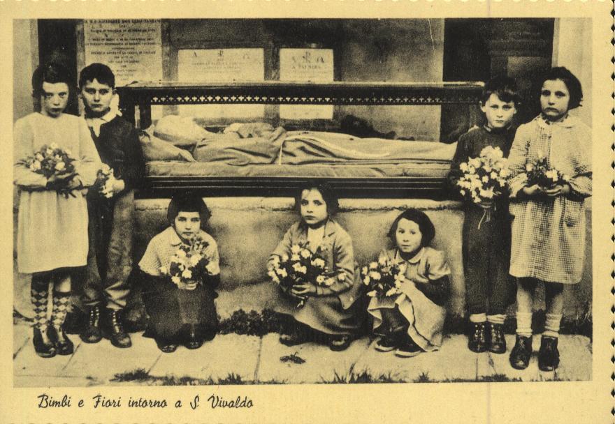 """1955 ca. I frati hanno fatto fare una statua di gesso del beato che ora si trova sotto l'altare del Presepe. È il giorno della """"inaugurazione""""."""